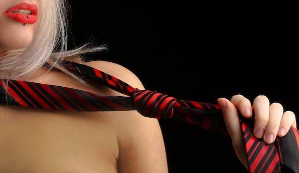 FEMME avec cravate